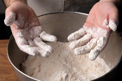 Pasta Teig machen, Mehl an den Händen, Backen, Teig machen, italienische Küche, Ristorante Gambero Rosso, Eibelstadt, Foodfotografie, Schmelz Fotodesign, Würzburg