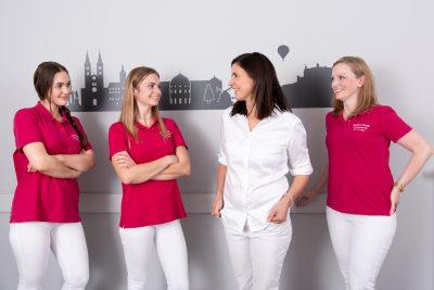 Teamfoto, vier Arzthelferinnen in Arztpraxis, lachend, Porträtfotografie, Businessfotografie, Schmelz Fotodesign, Würzburg, Fotografie, Fotostudio