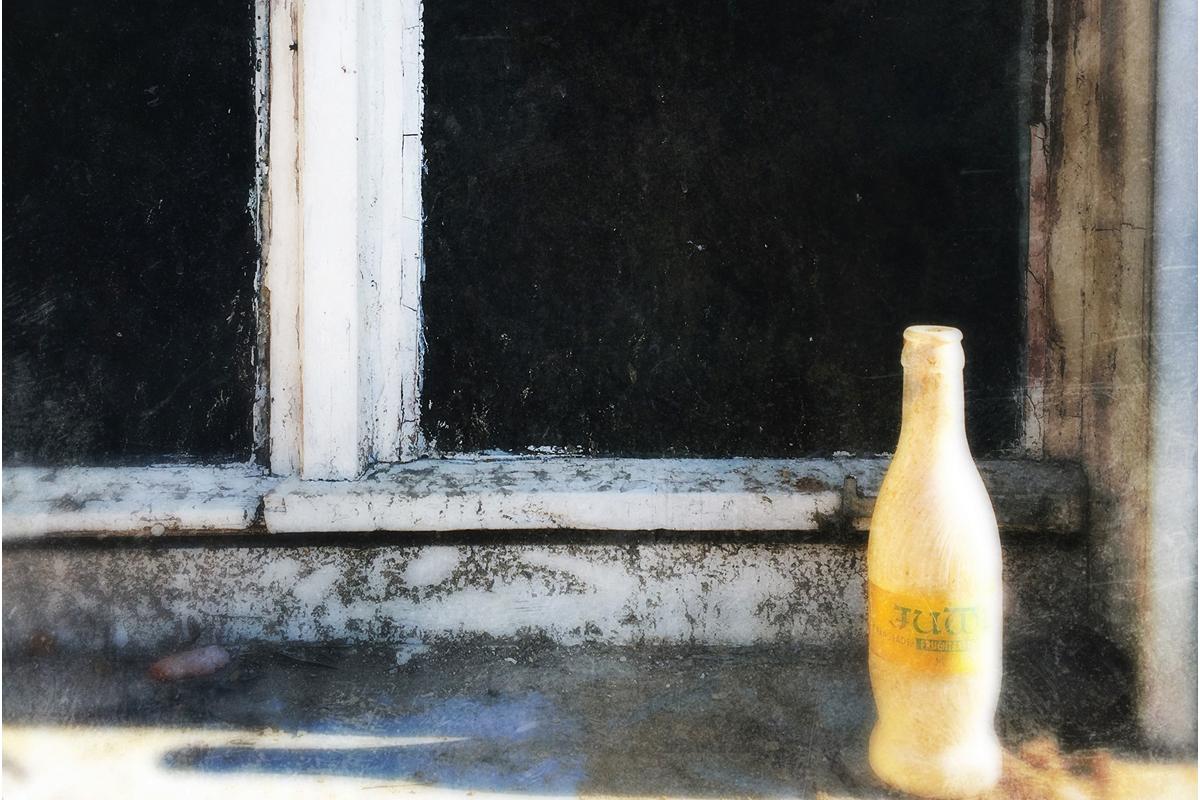 Slow Pictures, Flasche auf der Fensterbank, Stillfotografie, Art, Schmelz Fotodesign