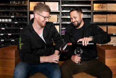 Schmelz Fotodesign, Porträt, Porträtfotografie, Pavillon Würzburg, Porträtfoto, zwei Männer stoßen mit einem Glas Wein an