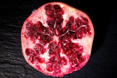 Schmelz Fotodesign, Granatapfel, geeiste Granatapfelscheibe, Granatapfel tiefgefroren, Foodfotografie, Produktfotografie