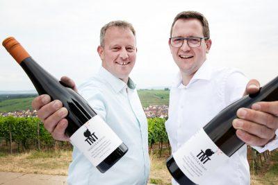 Porträt Thorsten und Tobias Wischer, mit Weinflasche in der Hand, Winzer Weingut Wischer, Porträtfotografie, Weinfotografie, Schmelz Fotodesign, Businessfotografie